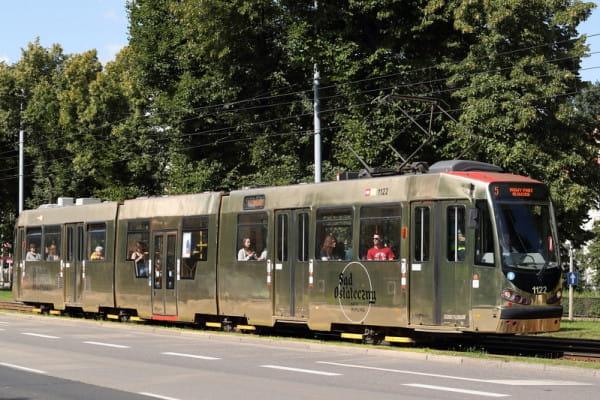 """Złoty tramwaj od niespełna 2 lat zachęca do oglądania """"Sądu ostatecznego"""" Hansa Memlinga w Muzeum Narodowym."""