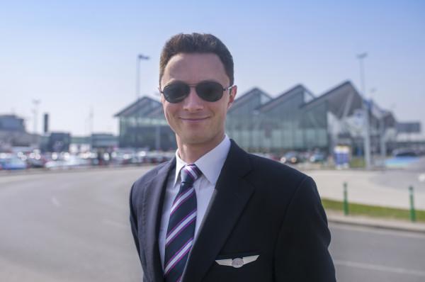 Aleksander Pytel od 7 lat pracuje w liniach lotniczych, w powietrzu spędził do tej pory 4500 godzin. Jak mówi, latanie to nie tylko praca, to także pasja, która trwa od ponad 20 lat i nigdy się nie nudzi.