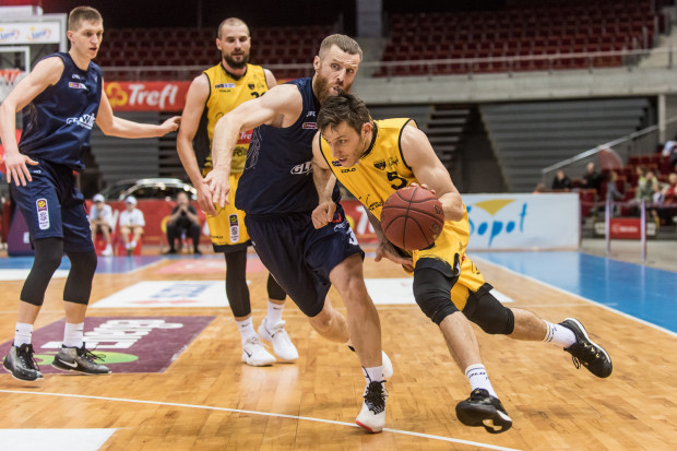 Piotr Śmigielski (z prawej) wierzy w swój zespół i liczy na porażkę Miasta Szkła Krosna w Gliwicach. Taki rozwój sytuacji pozwoli utrzymać się Treflowi Sopot w Energa Basket Lidze.