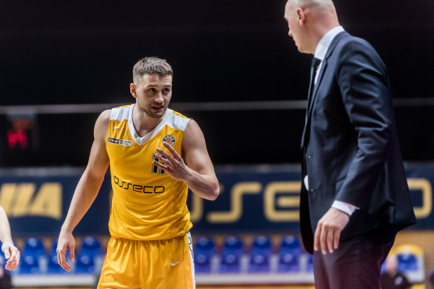 Pod nieobecność gwiazd, najskuteczniejszym koszykarzem Arki Gdynia w Stargardzie był Marcel Ponitka.