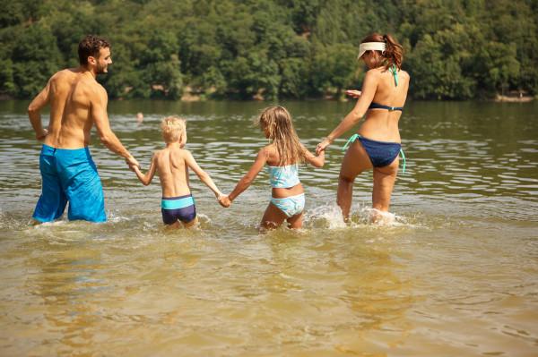Kąpiele w otwartej wodzie są lubiane przez dorosłych i dzieci.
