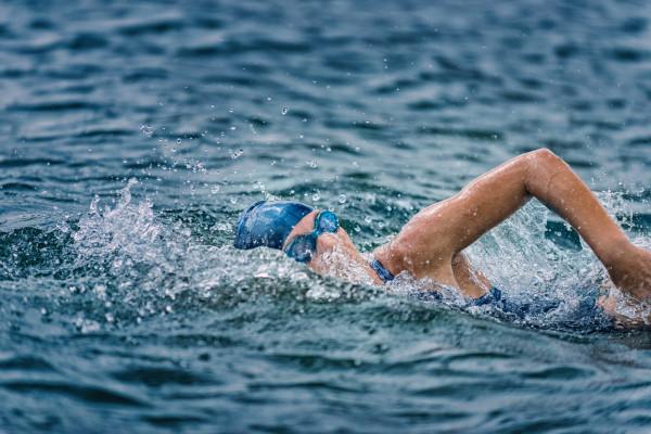 W otwartych wodach trenują także pływacy długodystansowi i triathloniści.