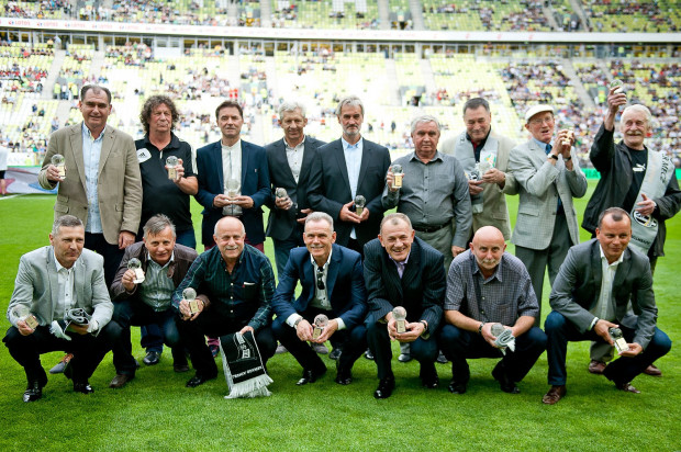 Trener Jerzy Jastrzębowski (czwarty od prawej w górnym rzędzie) i zespół Lechii Gdańsk z 1983 roku. Zdjęcie wykonano w 2015 roku podczas towarzyskiego Super Meczu z Juventusem Turyn.