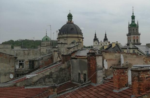 Spacer po dachach Lwowa to jedna z proponowanych przez przewodników atrakcji w tym mieście.