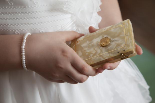 Biżuteria często jest wybierana jako prezent na komunię dla dziewczynek. Popularnością cieszą się także oryginalne i specjalnie wydane dewocjonalia, np. modlitewniki.
