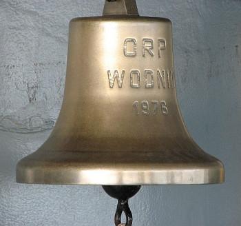 Uderzenie w dzwon wskazuje upływ 30 minut, liczba uderzeń od dwóch do ośmiu kolejne godziny wachty. Nz. dzwon okrętowy z ORP Wodnik