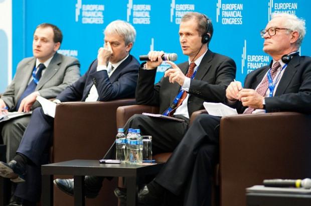 Od lewej: Stanisław Kluza, szef KNF, prezes PKN Orlen Jacek Krawiec, Eric Berglöf z Europejskiego Banku Odbudowy i Rozwoju oraz Charles Goodhart z London School of Economics.