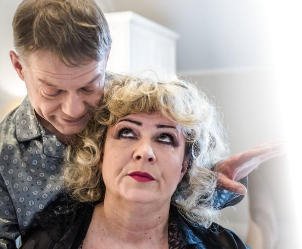 """""""Seks dla opornych"""" to dowcipna, choć podszyta goryczą opowieść o próbie wyjścia z małżeńskiego kryzysu. Spektakl ze Słupska zobaczyć można 12 maja na Scenie Teatralnej NOT."""