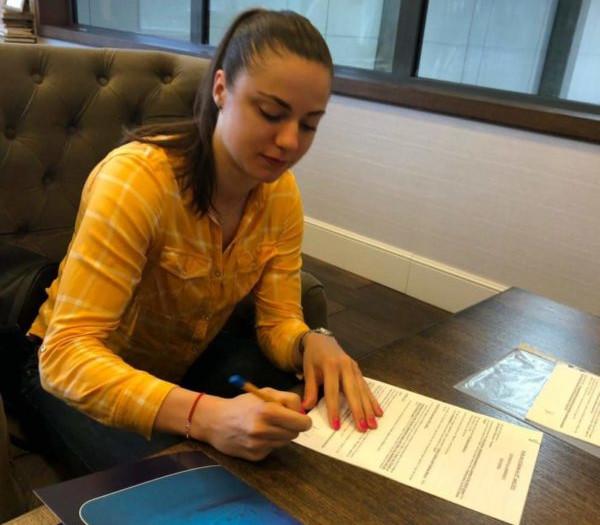Barbora Balintova podczas podpisywania nowego kontraktu.