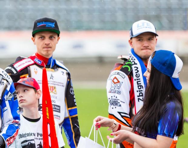 Jacob Thorssell (w środku) w niedzielę zadebiutuje w barwach Zdunek Wybrzeża w meczu ligowym. Tak jak w środowym memoriale Zbigniewa Podleckiego, pojedzie w parze z Krystianem Pieszczkiem (z prawej).