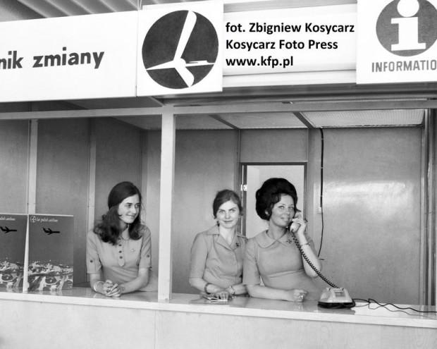 Punkt informacji na nowo otwartym lotnisku w Gdańsku-Rębiechowie. 2 maja 1974 roku.