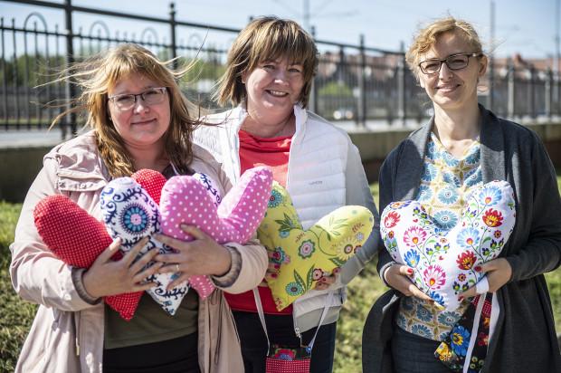 Katarzyna Brożek, Monika Puchowska i Karolina Dwórznik, po niezwykle udanej akcji szycia serc dla chorych po mastektomii, postanowiły zaangażować się w szycie torebek na butelki Redona. Każdy może się do nich przyłączyć.