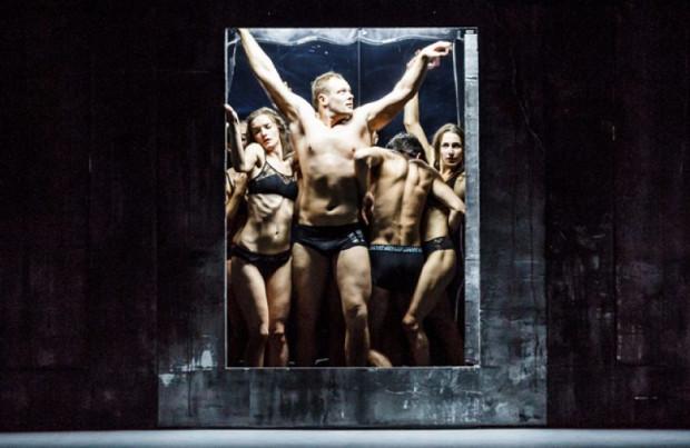 """""""Beton"""" Republikańskiego Teatru Dramaturgii Białoruskiej w Mińsku w formie teatru tańca zestawi z sobą mityczną wierność i miłość Orfeusza oraz współczesne relacje, naznaczone wygodą i powierzchownością. Zagrany zostanie 30 maja."""