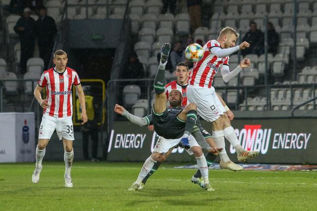 Zmęczona po zdobyciu Pucharu Polski Lechia Gdańsk wywróciła się w meczu z Cracovią. Nie oddała żadnego strzału, a wynik otworzył karny podyktowany po faulu na Michale Heliku (nr 39). Na zdjęciu Flavio Paixao próbuje uderzyć przewrotką.