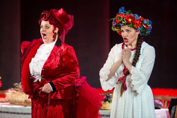 Hrabina (Monika Świostek, po lewej) to niezwykle wymagająca kreacja, pełna trudności interpretacyjnych i wokalnych. Z kolei Bronia (Katarzyna Nowosad) to skromna dziewczyna, onieśmielona wielkomiejskim towarzystwem.