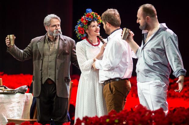 Głębokim basem dysponuje Robert Ulatowski (Chorąży, po lewej), zaś przygotowaniem aktorskim zaskakuje Dominik Kujawa w roli Podczaszyca (po prawej). Wokalnie najjaśniejszym punktem spektaklu jest jednak Kazimierz kreowany przez Łukasza Załęskiego (obok Katarzyny Nowosad).