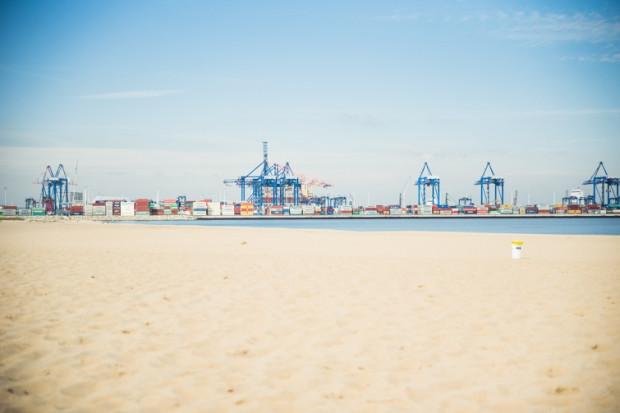 Plaża na Stogach należy do jednej z najszerszych w Gdańsku, znajduje się jednak w sąsiedztwie rozrastającego się portu.