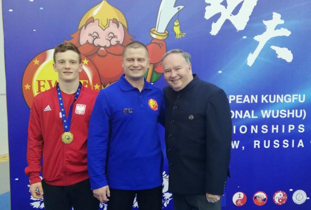 Maksymilian Murszewski (z lewej) w Rosji zdobył dwa medale. W środku jego trener Krzysztof Brzozowski.