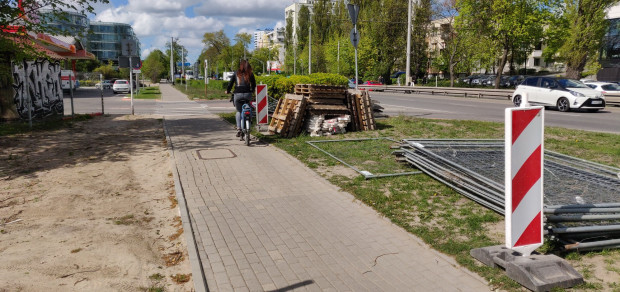 Budowa brakującego odcinka drogi rowerowej przy al. Zwycięstwa skończy się w lipcu.