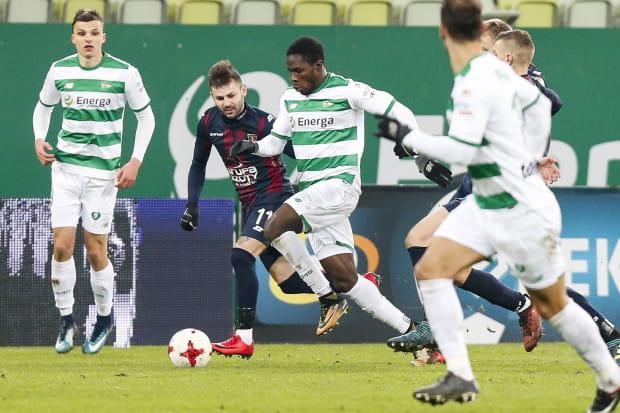 Romario Balde (na zdjęciu w środku) po sezonie wróci z wypożyczenie do portugalskiego klubu Acedemica Coimbra. Trener Piotr Stokowiec będzie chciał sprawdzić skrzydłowego pod kątem przydatności do Lechii, z którą ten ma ważny kontrakt do czerwca przyszłego roku.