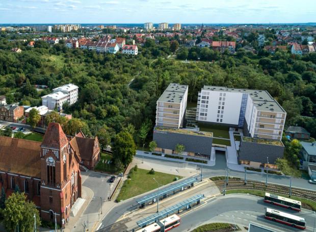 Przystanki tramwajowe i autobusowe znajdują się tuż obok powstającej inwestycji. Trudno o lepszą lokalizację w Gdańsku dla osób, które na co dzień korzystają z komunikacji miejskiej.