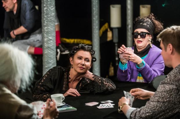 Słodki marazm, nicnierobienie i gra w karty - to charakteryzuje rodzinę Eleonory (Monika Babicka, w centrum zdjęcia, po prawej Babcia grana przez Elżbietę Mrozińską).