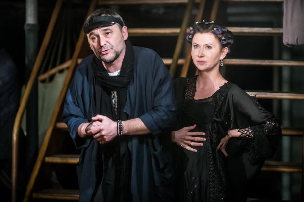 """Stomil (Grzegorz Wolf) i Eleonora (Monika Babicka) tworzą """"nowoczesną"""" rodzinę, w której nie ma żadnego tabu i nakazów. Wszystko jest dozwolone."""