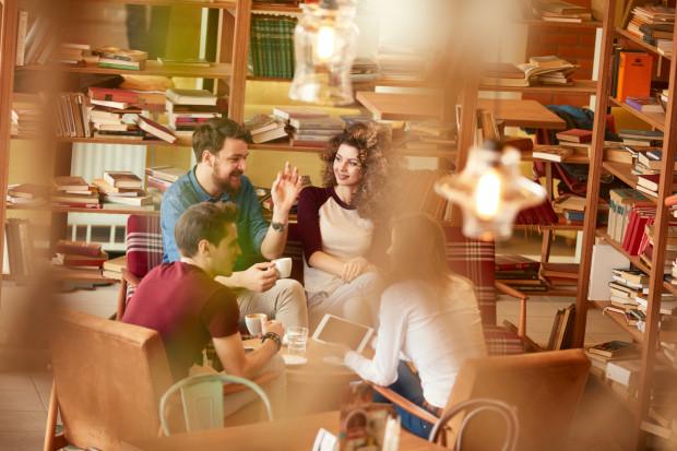 Środowisko intelektualne i artystyczne zawsze gromadziło się wokół stolików - zarówno tych kawiarnianych, jak i tych klubowych.