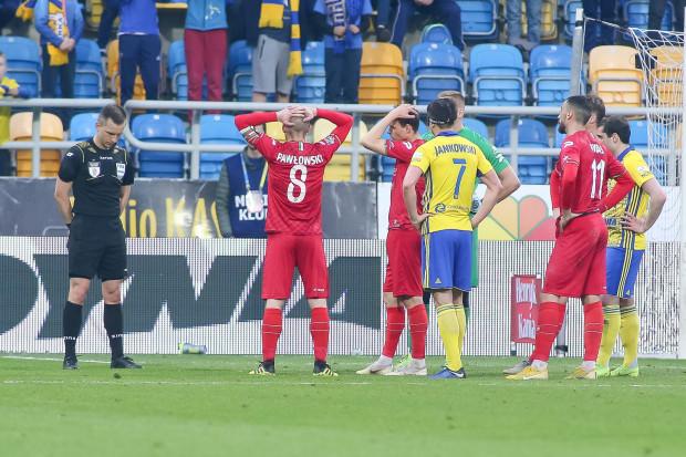 Co powie VAR? W meczu Arka Gdynia - Zagłębie Sosnowiec w trzech sytuacja, po kilkuminutowej analizie, podejmował dobre decyzje dla gospodarzy, choć w takie rozwiązanie wątpił już nawet trener żółto-niebieskich.