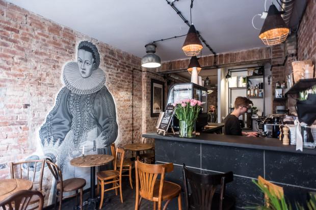 Kawiarnia W Starym Kadrze to kino, księgarnia i kawiarnia w jednym - wyjątkową atmosferę tego miejsca podkreśla niebanalny wystrój w stylu retro, a także nietypowe menu.
