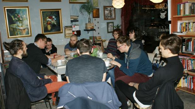 Cafe Księgarnia Vademecum to coś więcej niż tylko księgarnia i kawiarnia. To miejsce promujące czytelnictwo i inicjujące żywe dyskusje o literaturze, kulturze i sztuce.