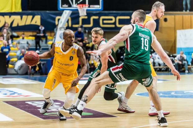 James Florence (z piłką) zdobył w 5. meczu play-off dla Arki Gdynia 35 punktów. Filip Matczak (w środku) najlepiej punktował w Legii Warszawa.