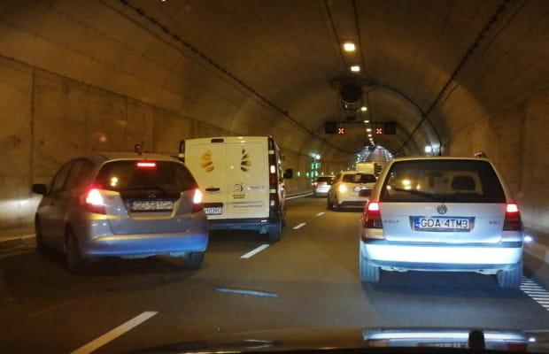 Skutki zderzenia w tunelu pod Martwą Wisłą.