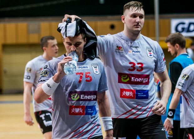 Gdańscy szczypiorniści wygraną z Pogonią wypuścili z rąk. Na zdjęciu Kelian Janikowski (z lewej) i Paweł Salacz (z prawej).