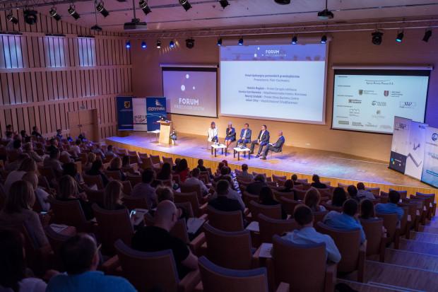 Forum Przedsiębiorstw odbywa się od 14 lat i jest skierowane do największej grupy przedsiębiorców w naszym kraju, czyli mikro-, małych i średnich firm. Stwarza doskonałą przestrzeń do wymiany doświadczeń, a także co roku przyciąga kilkuset uczestników zainteresowanych możliwością pracy warsztatowej.
