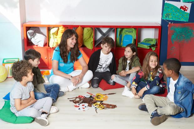Nauka języka obcego w szkołach Helen Doron odbywa się tak jak nauka języka ojczystego - jest zbliżona do naturalnego nabywania i odbywa się przy okazji zabawy.