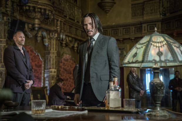 Keanu Reeves w tytułowej roli nadal imponuje charyzmą i przygotowaniem fizycznym. Wydaje się wprost stworzony do roli powściągliwego i zdystansowanego zabójcy.