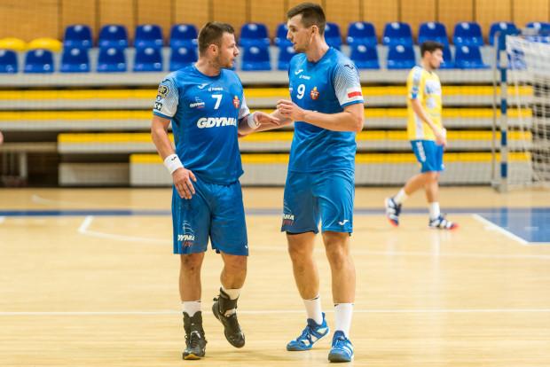 Arka Gdynia o utrzymanie w Superlidze będzie walczyć do ostatniej kolejki. Na zdjęciu Dawid Przysiek (z lewej) i Robert Kamyszek.