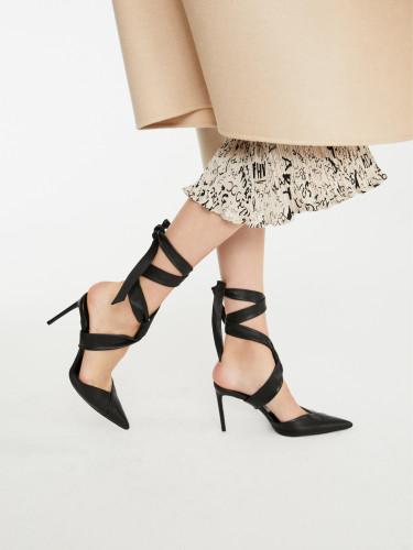 Wiązane sandały są modne w tym sezonie.