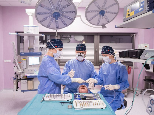 Współczesna stomatologia daje wiele możliwości w przypadku utraty uzębienia, jednym z nich jest właśnie implant.