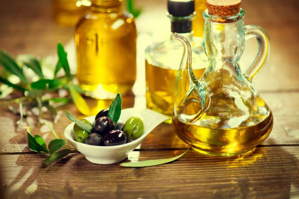Oliwa z oliwek, królowa tłuszczów roślinnych. Jest bogata w jednonienasycone kwasy tłuszczowe. Stanowi bogate źródło kwasu oleinowego, zmniejsza stany zapalne w organizmie i powstawanie komórek nowotworowych.