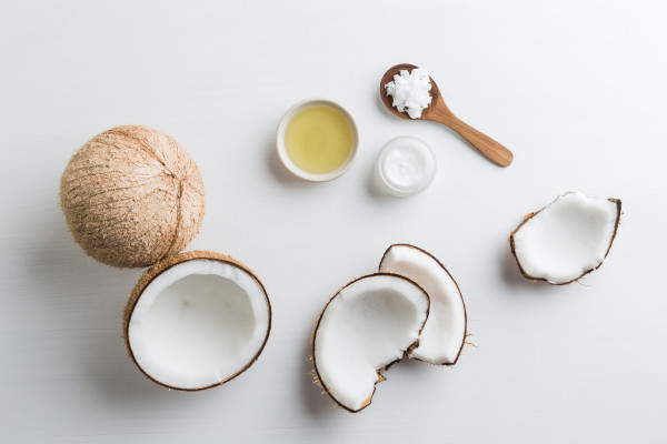 Olej kokosowy jest dobrym tłuszczem z punktu widzenia gastronomicznego, gdyż ma wysoką temperaturę wrzenia i punkt dymienia.