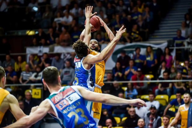 Arka mogła już we wtorek znaleźć się w finale Energa Basket Ligi. Anwil przedłużył jednak swoje szanse na awans wygrywając we własnej hali. Na zdjęciu Josh Bostic blokowany przez Ivana Almeidę.