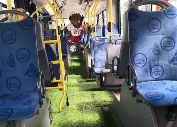 W czasie mistrzostw w piłce nożnej do lat 20 po Gdyni będzie jeździł trolejbus z wyłożoną na podłodze murawą.