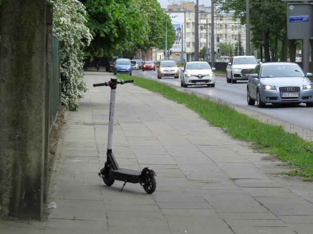 Hulajnogi pozostawiane są, gdzie popadnie. Na chodnikach, trawnikach, a nawet drogach rowerowych.