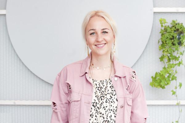 Sylwia Ziemann od ponad trzech lat buduje markę ubrań dla dzieci Hey Popinjay! Kolorowe, radosne, często egzotyczne wzory to zupełnie nowy kierunek wśród królującego w ostatnich latach skandynawskiego wzornictwa.