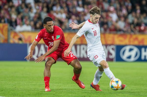 Polacy podnieśli się po porażce z Kolumbią i rozbili Tahiti 5:0 zachowując szanse na awans do fazy pucharowej mistrzostw świata U-20. Na zdjęciu Kitin Maro i Adrian Stanilewicz (z piłką).