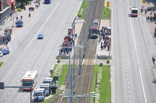 O godz. 14 przez Podwale Grodzkie pojechały ostatnie autobusy i tramwaje. Potem policja zamknęła ruch w tym miejscu i wszystkie pojazdy kieruje na 3 Maja.