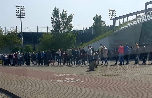 Kolejki do kas biletowych przed Gdynia Arena.