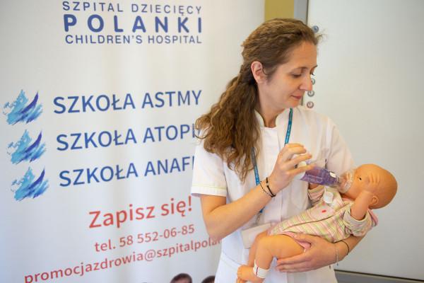 Zajęcia w Szkole astmy są bezpłatne i prowadzą je specjaliści w zakresie alergologii, pulmonologii oraz terapeuci. Na zdj. Olga Świdzicka z Poradni Promocji Zdrowia, współprowadząca zajęcia.